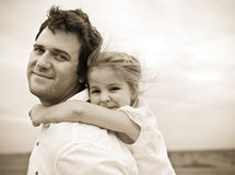 Padre joven feliz con la pequeña hija fotos de archivo libres de regalías