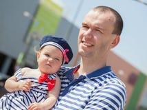 Padre joven feliz con la pequeña hija al aire libre Imagen de archivo