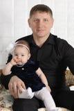 Padre joven feliz y su pequeña hija linda Fotografía de archivo