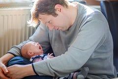 Padre joven orgulloso feliz con la hija recién nacida del bebé, retrato de la familia junto Fotos de archivo libres de regalías