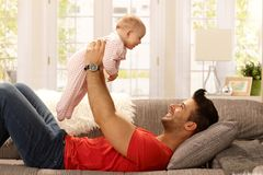 Padre joven que juega con el bebé Fotografía de archivo libre de regalías