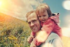 Padre joven que juega con su bebé lindo al aire libre imágenes de archivo libres de regalías
