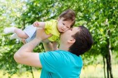 Padre joven y feliz que educa a su bebé Fotografía de archivo libre de regalías