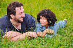 Padre joven y pequeña muchacha linda imagenes de archivo