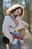 Padre joven y su bebé imágenes de archivo libres de regalías