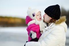 Padre joven y su hija el día de invierno foto de archivo libre de regalías