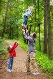 Padre joven y sus dos niños que se divierten Imagen de archivo libre de regalías