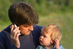 Padre a la comunicación del hijo Fotografía de archivo
