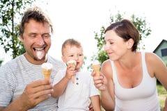 Padre, madre e figlio mangianti il gelato, estate soleggiata Fotografia Stock Libera da Diritti