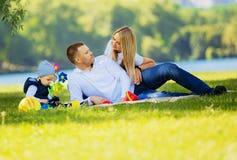 Padre, madre e giovane figlio ad un picnic Fotografia Stock