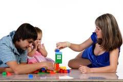 Padre, madre y bebé jugando junto fotografía de archivo