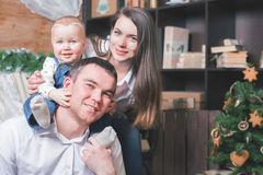 Padre, madre y niño en Cristmas en la sala de estar Foto de archivo libre de regalías