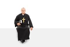 Padre maduro que senta-se em um painel vazio Fotos de Stock