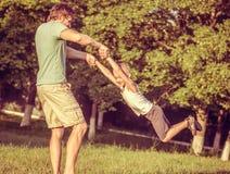 Padre Man de la familia y el jugar del muchacho del hijo al aire libre Fotos de archivo libres de regalías