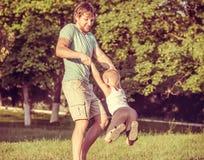 Padre Man de la familia y el jugar del muchacho del hijo al aire libre Fotografía de archivo