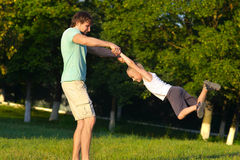 Padre Man de la familia y muchacho del hijo que juega el parque al aire libre Foto de archivo