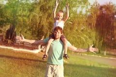 Padre Man de la familia y muchacho del hijo que se sienta en hombros Imagen de archivo