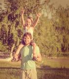 Padre Man de la familia y muchacho del hijo que se sienta en los hombros al aire libre Fotos de archivo libres de regalías