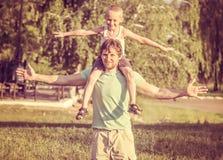 Padre Man de la familia y muchacho del hijo que se sienta en los hombros al aire libre Imagen de archivo
