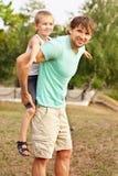 Padre Man de la familia y niño del muchacho del hijo que juega la emoción al aire libre de la felicidad Imagen de archivo