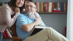 Padre mayor y su hija hermosa almacen de video