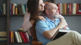 Padre mayor y su hija hermosa metrajes