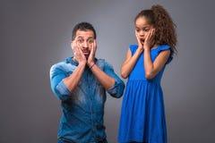 Padre negro joven con su hija adolescente Imagenes de archivo