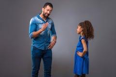 Padre negro joven con su hija adolescente Foto de archivo
