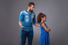 Padre negro joven con su hija adolescente Fotos de archivo