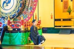 Padre no ritual budista do templo de Tsukiji Honganji no Tóquio, Japão o 18 de outubro de 2016 Imagens de Stock Royalty Free