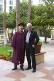 Padre orgulloso en la graduación de la universidad del hijo Imágenes de archivo libres de regalías