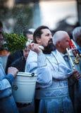 Padre ortodoxo durante a cerimónia Imagens de Stock Royalty Free