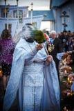 Padre ortodoxo durante a cerimónia Fotografia de Stock Royalty Free