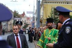 Padre ortodoxo e polícia Fotos de Stock Royalty Free