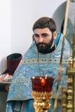 Padre ortodoxo na igreja foto de stock