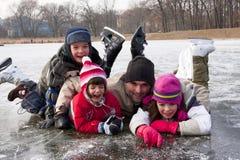 Padre pattinante con i bambini Fotografia Stock
