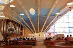 香客在Padre Pio朝圣教会,意大利里 库存照片