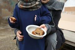 Padre povero e bambino con pane allo scarico immagini stock