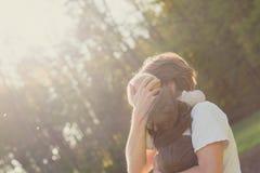 Padre protector cariñoso con su bebé Fotos de archivo