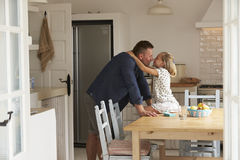 Padre Putting Sticking Plaster en rodilla del ` s de la hija Imagen de archivo libre de regalías