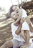 Padre que abraza a la hija fotos de archivo