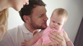 Padre que besa al bebé Niño de la hija del beso del papá en casa Dulzura masculina almacen de metraje de vídeo