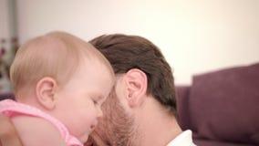 Padre que besa a la hija en casa Día de padre feliz Bebé del beso del papá almacen de video