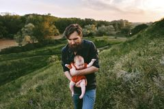 Padre que camina con vacaciones de familia al aire libre del beb? infantil foto de archivo libre de regalías