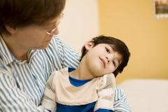 Padre que celebra al hijo invalidado en el hospital imagen de archivo libre de regalías