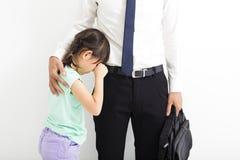 Padre que conforta a su hija gritadora imagen de archivo libre de regalías