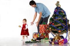 Padre que da el regalo de la Navidad fotos de archivo