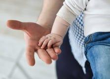 Padre que da la mano a un niño Fotos de archivo