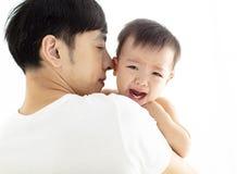 Padre que detiene al bebé gritador foto de archivo libre de regalías