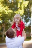 Padre que detiene a la hija en aire Fotos de archivo